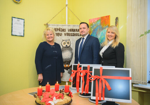 Citadele Bank donates 10 computers for the school in Liepaja